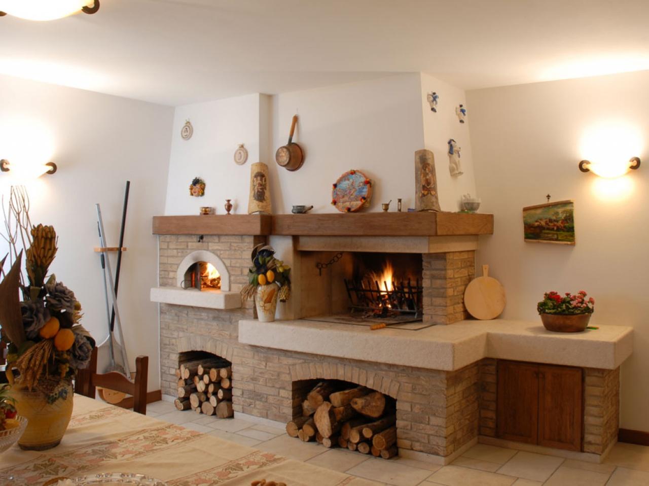 Forno A Legna Con Camino caminetto rustico ad angolo, con forno per pizza e pane